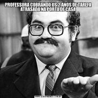 PROFESSORA COBRANDO OS 2 ANOS DE TAREFA ATRASADA NA PORTA DE CASA