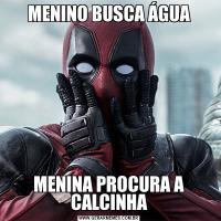 MENINO BUSCA ÁGUAMENINA PROCURA A CALCINHA