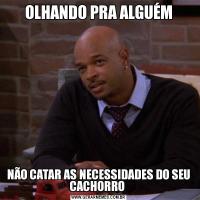 OLHANDO PRA ALGUÉMNÃO CATAR AS NECESSIDADES DO SEU CACHORRO